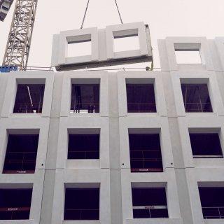 Ett av fasadelementen kommer på plats på kvarteret Cellen.