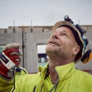 Jan Nilsson på Strängbetong pratar i komradion.