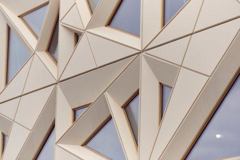 Juvelen är triangelformad, med spetsen mot norr. Triangelformen går igen i fasadens linjemönster och i de trekantiga fönsterna som sitter en bit in i betongelementen.