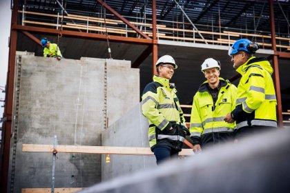 Affärsansvarig Christian Jensen, Strängbetong, Sebastian Reismer, Serneke, och projektledare Krister Gemrud, Strängbetong på Kongahälla shoppings byggarbetsplats.