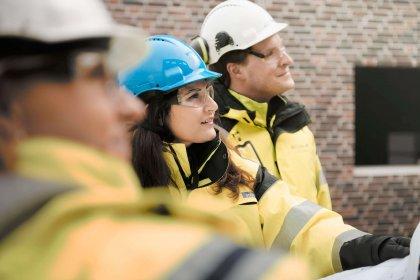 Linda Borg, Täby Kommun, Shabnam Seradji, projektledare på Strängbetong och Fredrik Viklund, projektchef Arcona tittar på projektet Hägerneholmsskolan.