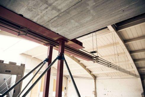 Fanan i Halmstad är en 71-årig byggnad med välvt tak, som hålls samman av spännvajrar som löper strax under taket längs hela den invändiga huskroppen.
