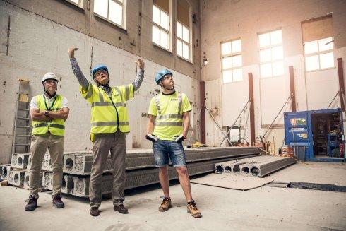 Göran Christiansson från Fragerus Bygg beskriver hur det kommer att se ut. Martin Johansson från Strängbetong till vänster och projektledare Andreas Jonsson, också Strängbetong till höger.