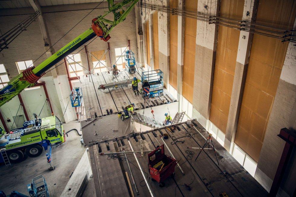När Strängbetong monterar på projektet Fanan i Halmstad krävs en teleskopkran, som skjuts snett uppåt i vinkel för att komma upp i rätt höjd.