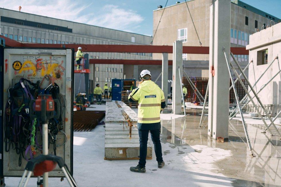 H-huset, nya delen till Unversitetsjukhuset i Örebro, där Strängbetong monterar stommen.