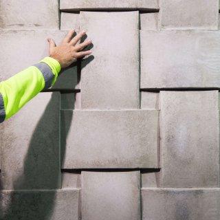 Att skapa en flätad fasad krävde kreativitet och testande hos Strängbetong.