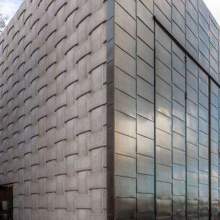 Detalj av byggnad i Museparken utanför Nationalmuseum i Stockholm.