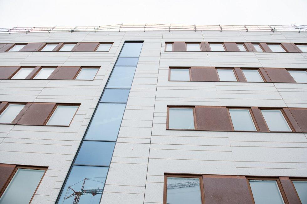 Stort fokus har legat på vårdtagarens säkerhet på Tinnerbäckshuset. Exempelvis är alla dörrar och fönster säkerhetsklassade. Varken glas eller infästning får gå sönder av yttre påverkan.