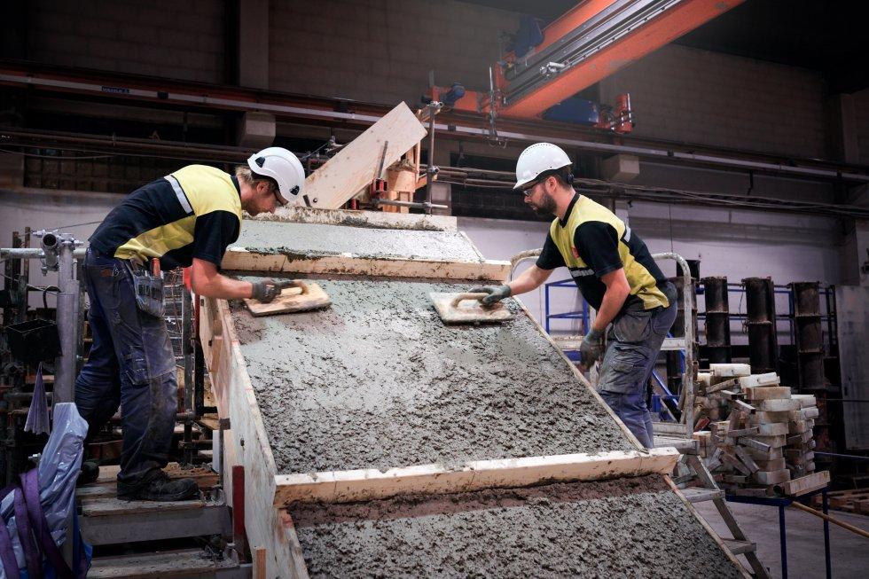 Trappans undersida får en slät och jämn yta av medarbetare vid trapptillverkningeni Norberg.