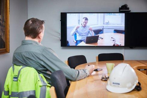 Samuel Viik, Strängbetong, och Christian Hörnkvist på Consolis Building line stämmer av läget i videomöte.