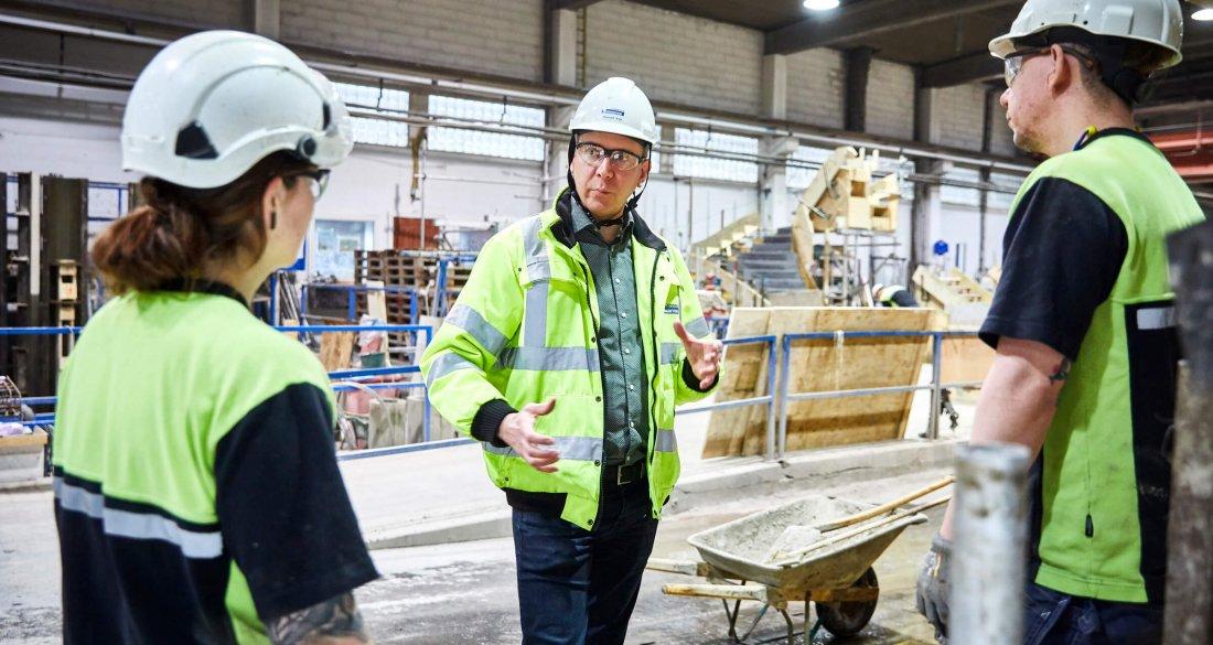 Samuel Viik, säkerhetsansvarig, är ute i produktionen och stämmer av med kollegorna.