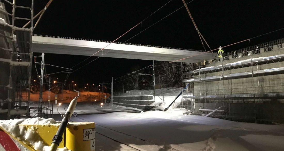 Montage av Strängbetongs prefabricerade brobalk i Härnösand.