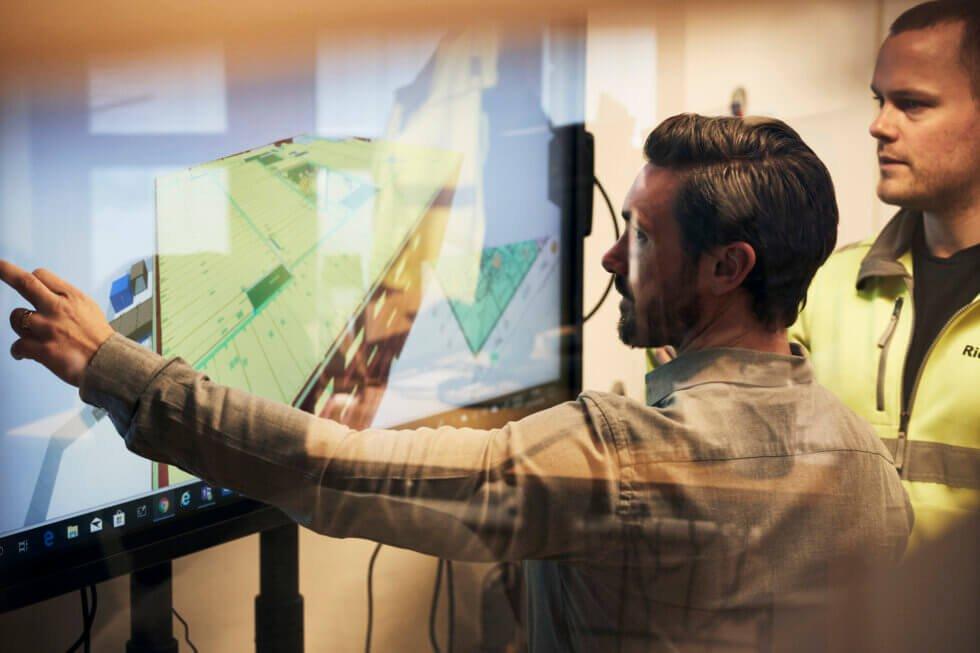 Byggherren har valt att alla parter ska utgå från samma programmiljö, en 3D-modell som uppdateras i molnet. Patrik Löfstrand på Strängbetong scrollar.