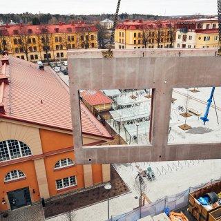 Fasadelement från Strängbetong på väg upp, på projektet Celsius i Uppsala.