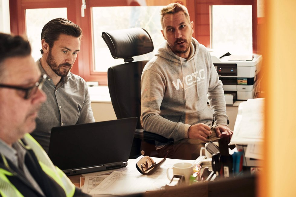 Strängbetongs projektledare Patrik Löfstrand stämmer av med kollegorna Örjan och Micke på projektet Celsius i Uppsala.
