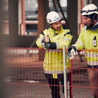 Patrik Löfstrand och kollegan Örjan på Strängbetong dryftar nästa steg i projektet Celsius i Uppsala.