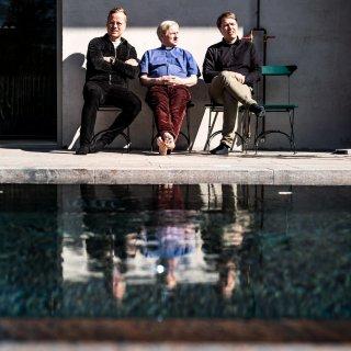 Vid utomhuspoolen, där Pelle Sundelin sitter flankerad av Johan Sundberg och Mattias Andréasson, kommer den råa, obehandlade betongen fram i all sin prakt.